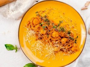 Спагетти том ям с гребешком и шампиньонами в тайском стиле