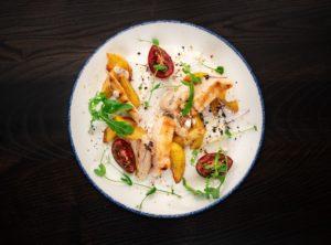 Куриное филе под горчичным соусом с картофелем  по-деревенски и темными помидорами