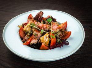 Салат с ростбифом, запеченным болгарским перцем и белыми грибами