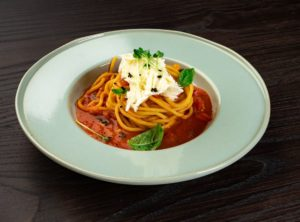 Спагетти аль помидоро с сыром буррата